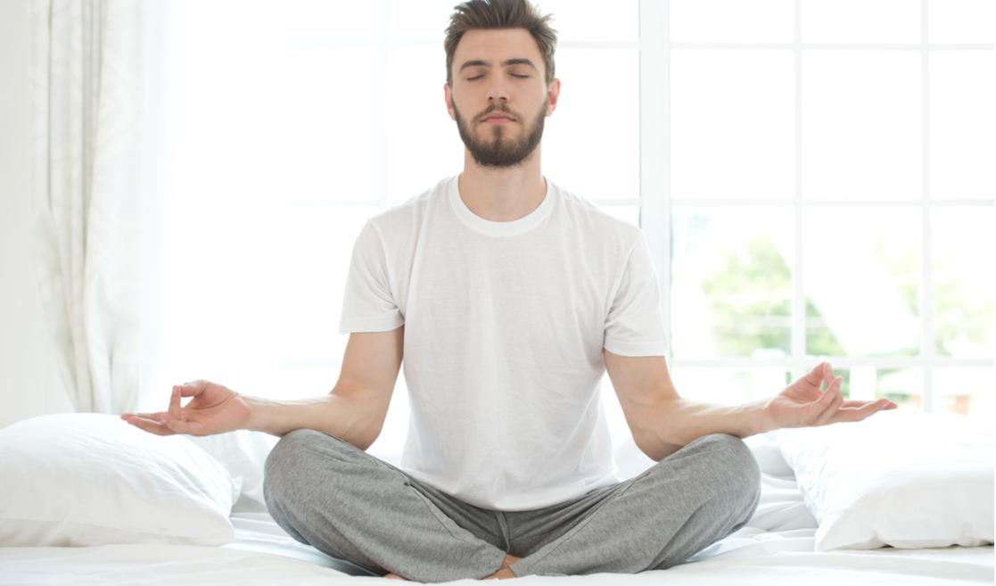 Hombre medita en cama